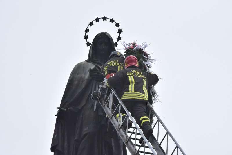 """Tradizionale posa della corona alla Madonna: """"Ci guidi alla speranza"""""""