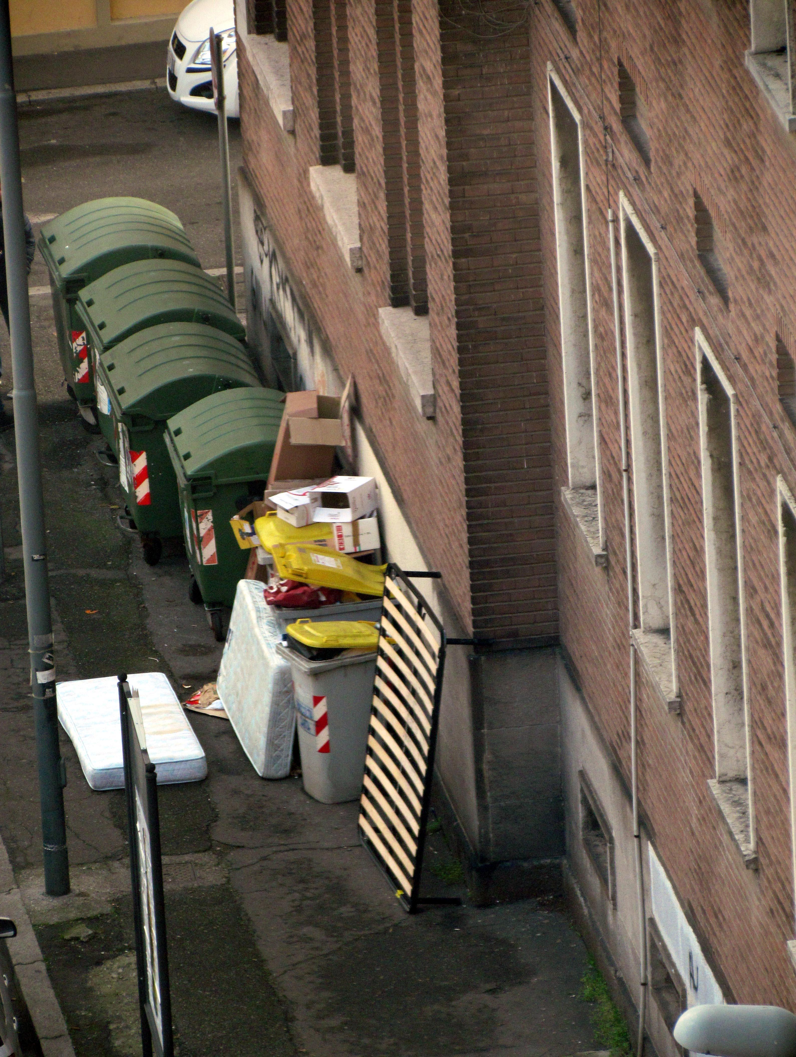 """Degrado urbano: mobilio alle spalle del Gioia. """"Le pagelle parlano chiaro"""""""