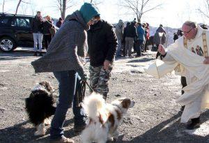Il freddo non frena le tradizioni: in tanti a Groppallo per la benedizione animali