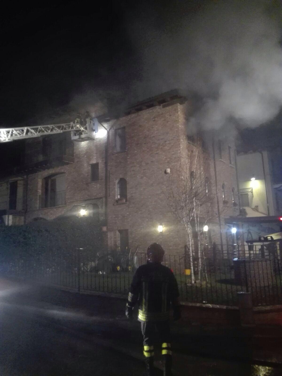 Vicobarone, palazzina devastata da un incendio nella notte. LE FOTO
