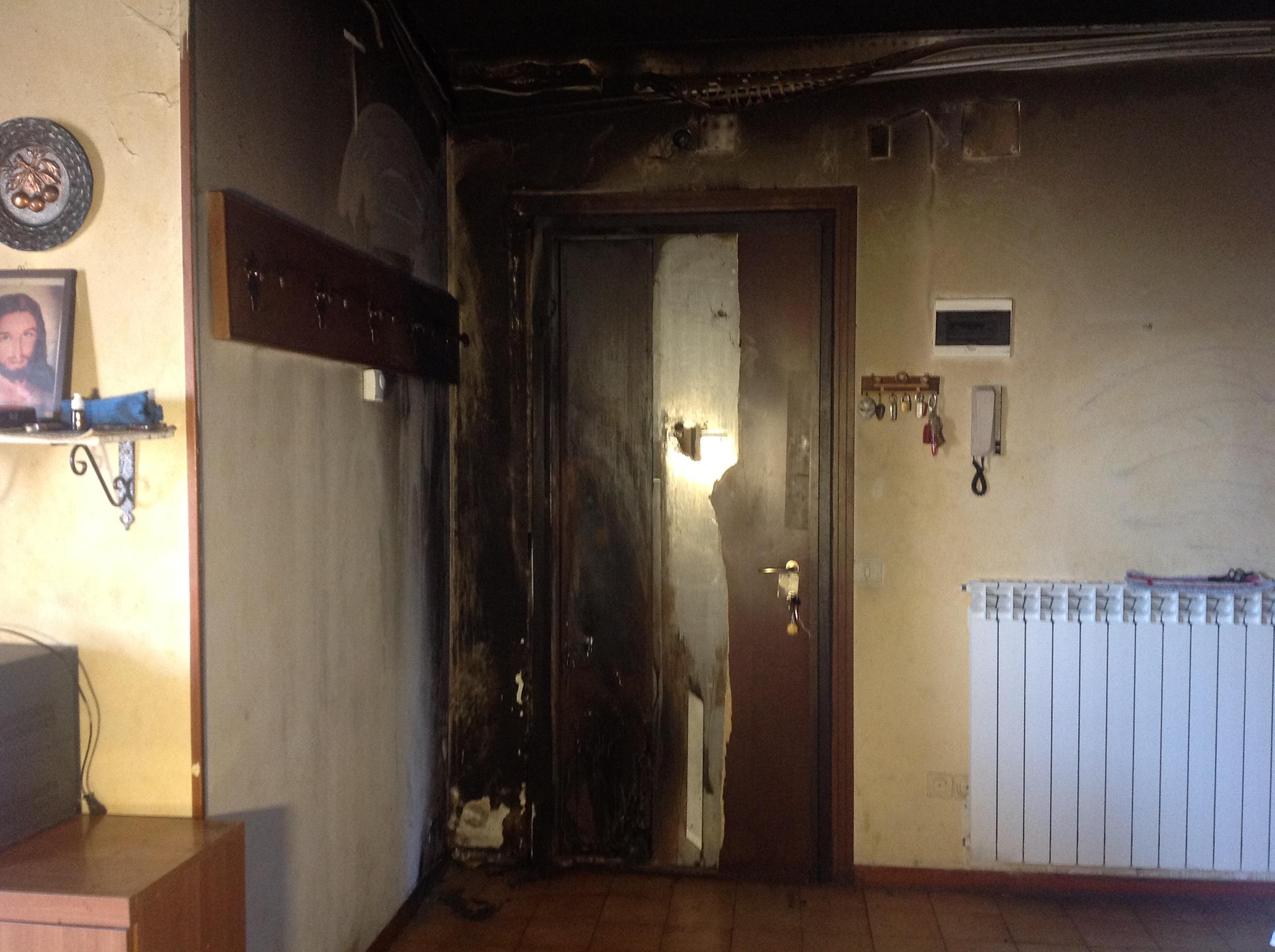 """Incendio doloso in casa: """"Mi sono vista le fiamme addosso"""""""