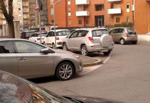 """Sosta selvaggia in via Ancillotti, i residenti: """"Vogliamo posti riservati"""""""