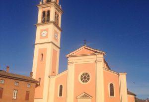 Investita di fronte alla chiesa, fedeli sollevano l'auto e la estraggono