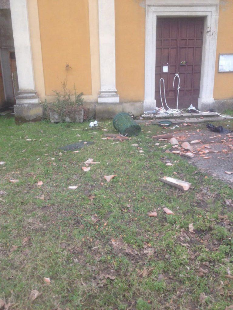 Atti vandalici alla chiesa di Biana