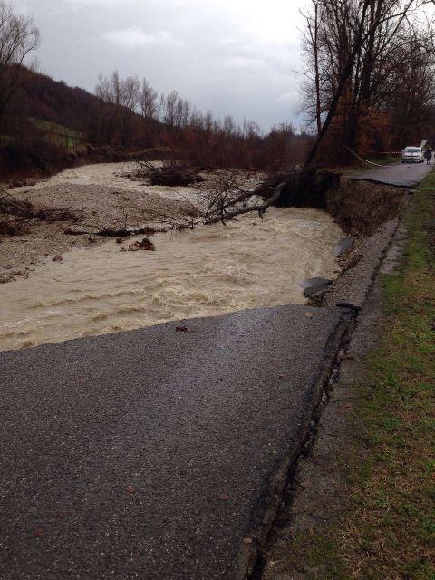 Veggiola strada inghiottita per 30 metri dal torrente Riglio