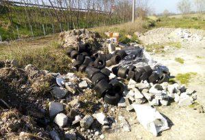 """Ennesima discarica sotto il ponte del Trebbia: """"Presto servizi di sorveglianza"""""""