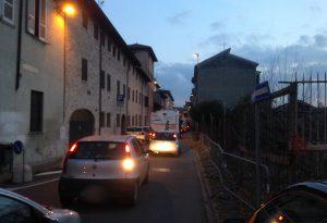 Parcheggio da brividi, via San Bortolomeo bloccata per quasi mezz'ora