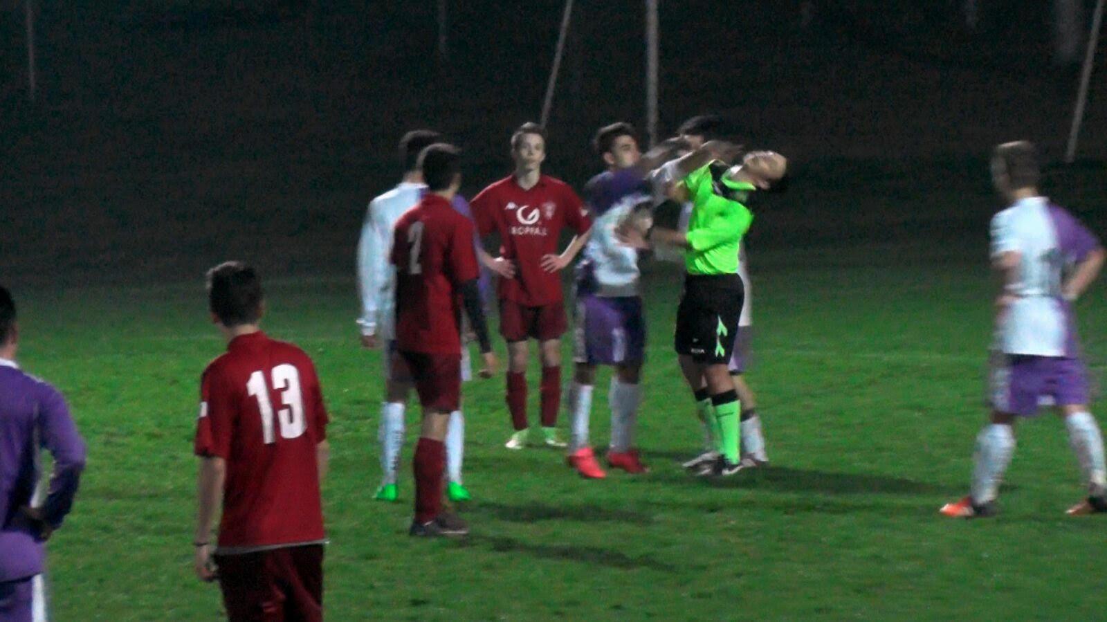 Il momento dell'aggressione all'arbitro