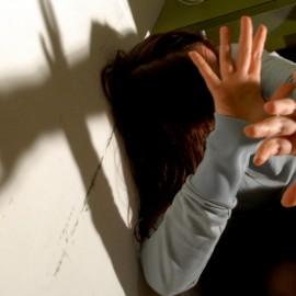 Irrompe in casa della ex, la picchia e la rapina: 19enne arrestato a Castello
