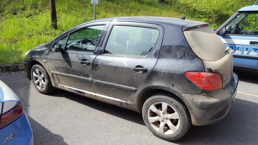 Auto dei malviventi arrestati in via Cella