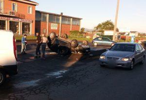 Incidente a Podenzano: violento scontro, auto ribaltata
