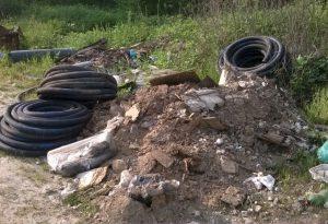 Vasta discarica abusiva nell'Arda: piastrelle, Eternit, tubi, filtri olio. Anche un seggiolino