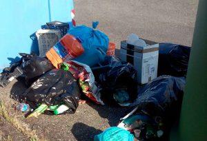 """Rifiuti fuori dai cassonetti a Mucinasso: """"Colpa di alcuni residenti"""". La denuncia"""