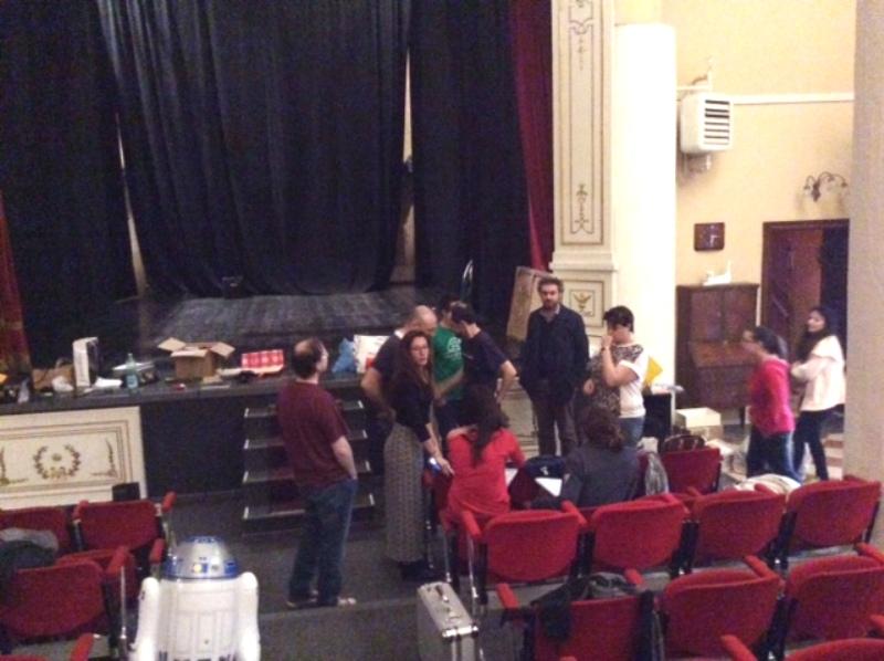 Gli attori della compagnia Imperfect Speakers durante la riunione tenutasi oggi in teatro