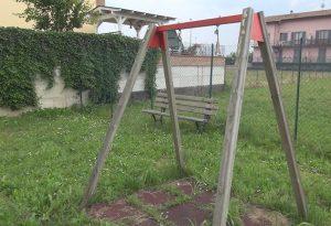 Degrado ai parchi gioco di Piacenza: giochi inutilizzabili e panche rotte