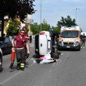 Spettacolare scontro in via Gorra, auto ribaltata su un fianco. Nessun ferito