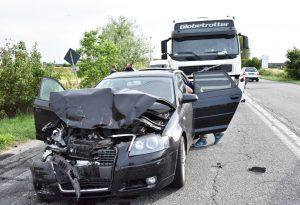 Autospurgo tampona auto che finisce contro pullman, 4 feriti
