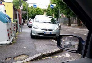 """Via San Giacomino, uscita pericolosa. I residenti: """"Ci vuole il divieto di fermata"""""""
