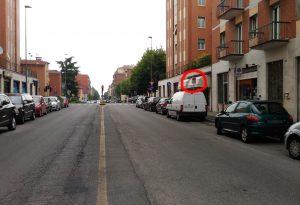 Lavori in via Bianchi, le auto parcheggiate in divieto di sosta causano code