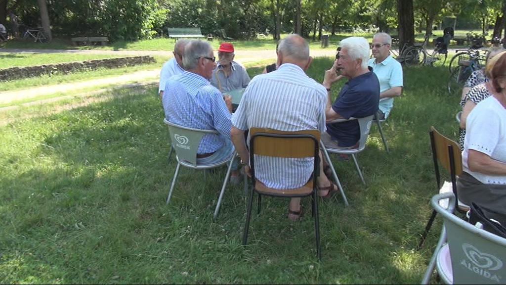 anziani seduti sedie