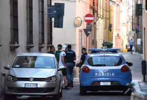 Ubriachi, aggrediscono il barista in piazza Duomo. Giudice li blocca