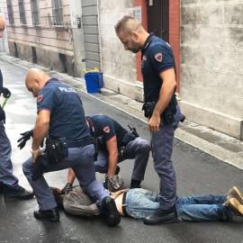 Via San Giuliano, tabaccaio blocca il rapinatore che lo ferisce a coltellate