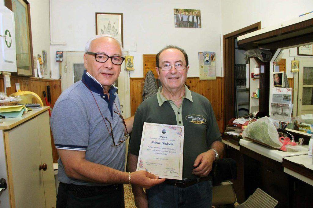 Bettola, il sindaco consegna una pergamena a Molinelli