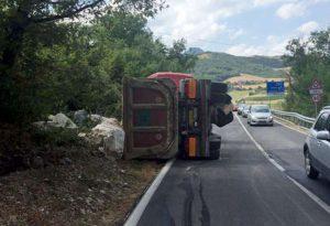 Camion ribaltato a Cernusca di Travo, Statale 45 riaperta al traffico