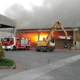 Vasto incendio a Borgoforte: i vigili del fuoco intervengono a Iren VIDEO