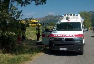Cade in un bosco e si frattura una gamba: salvata dal personale del 118