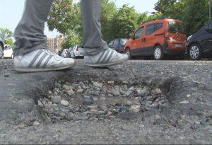 """Parcheggio viale Malta, buche come voragini. Cittadini: """"E' un disastro"""""""