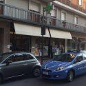 Rapinatore in via Genova: minaccia i farmacisti, arraffa i soldi e fugge