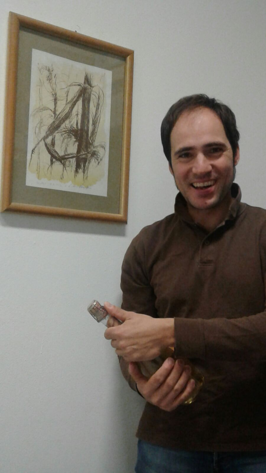 Diego Terzoni con una bottiglia di spumante a base di Ortrugo Piacentino