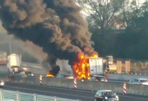 A1, camion frigo prende fuoco a Piacenza Sud. Rallentamenti al traffico. VIDEO