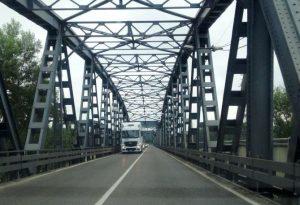 """Camion sul ponte di Castelvetro, Quintavalla al sindaco di Cremona: """"Salviamolo"""""""