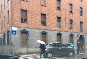 Stradone Farnese, auto finisce sul biscotto all'incrocio con via Santa Franca