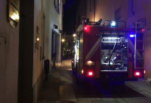 Paura in via Perestrello: intervengono i vigili del fuoco, fiamme domate