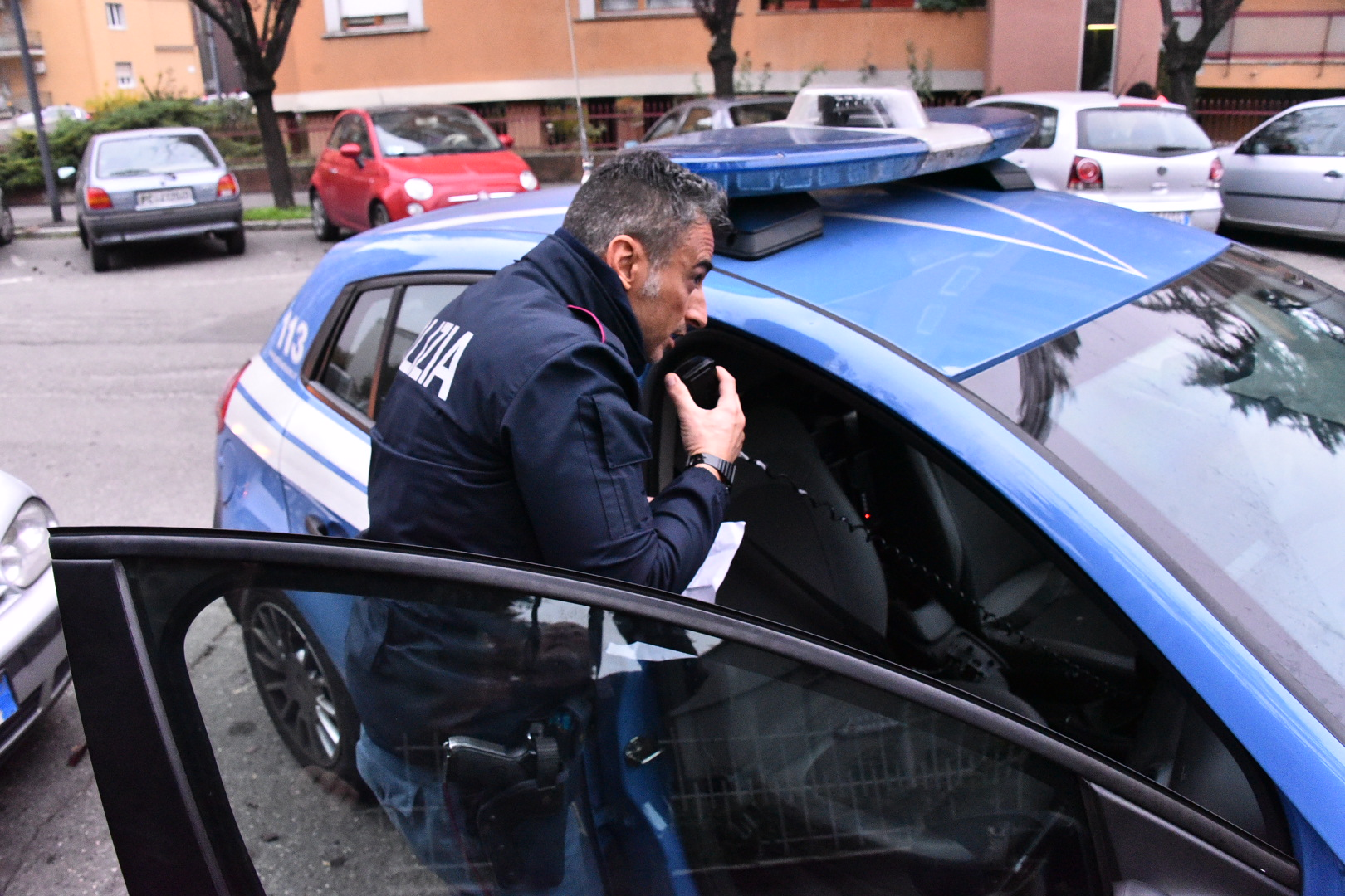 LUN_poliziotto con il cellulare e doc trovato