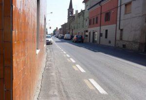 Sant'Antonio: marciapiedi inesistenti, pedoni in strada e auto che sfrecciano