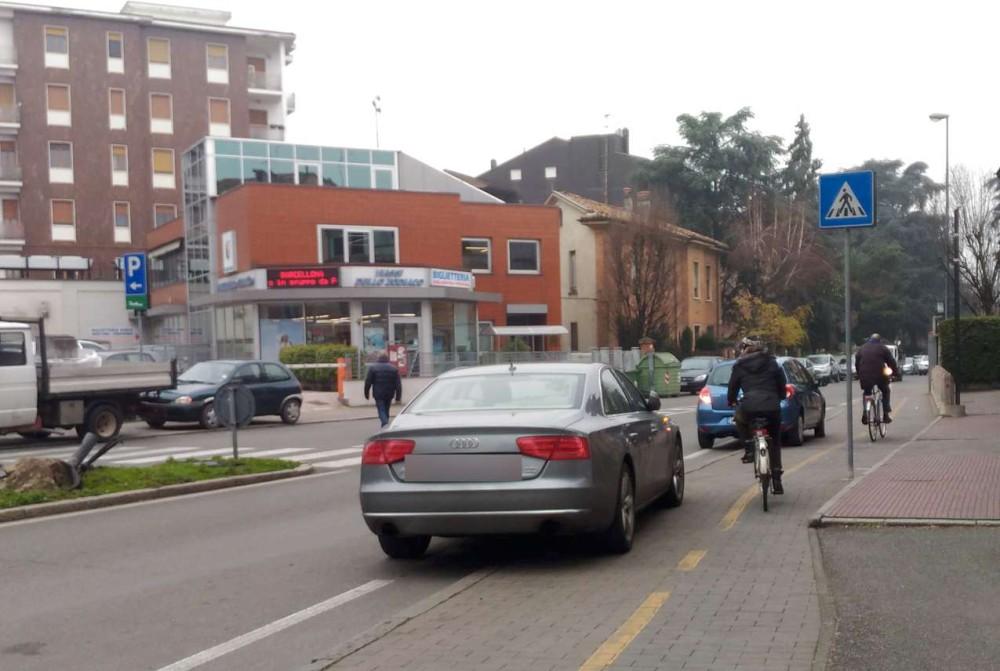 """Parcheggio sulle ciclabili, malcostume diffuso. Un lettore: """"E i vigili dove sono?"""""""