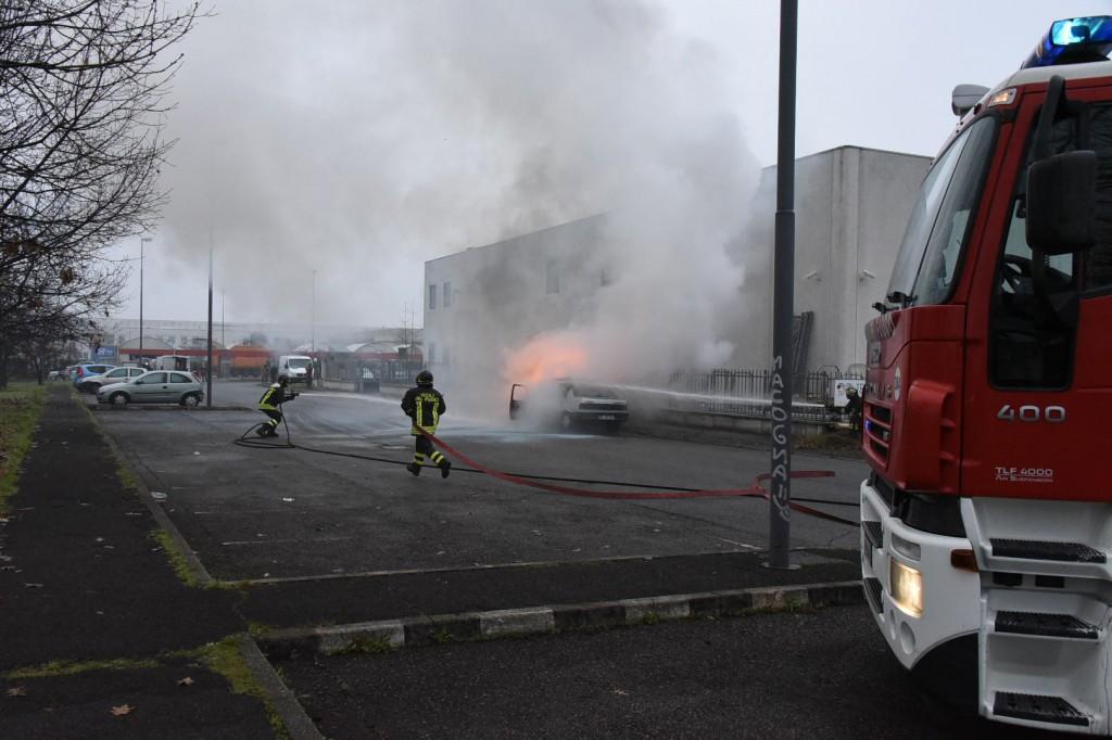 auto in fiamme caorsana