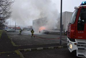 Auto in fiamme vicino al distributore, pompieri al lavoro GUARDA IL VIDEO