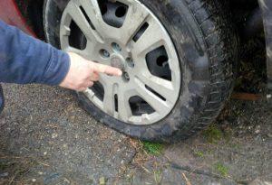 Pievetta, tir perde il carico di rottami in ferro: decine di auto con le gomme a terra