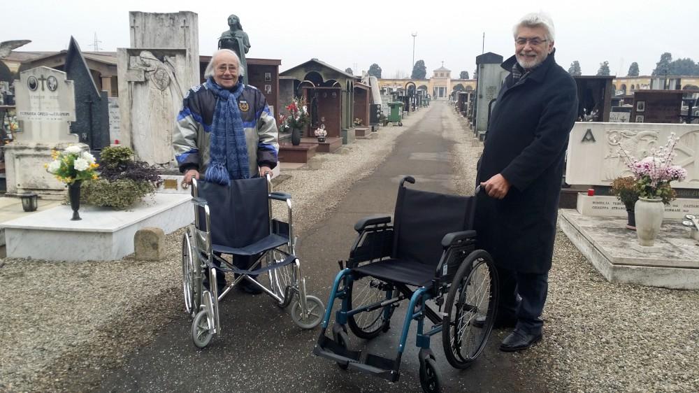 Cimitero accessibile ai disabili. Donate due sedie a rotelle