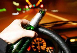Ancora ubriachi al volante: esce di strada, tasso alcolemico quattro volte il limite