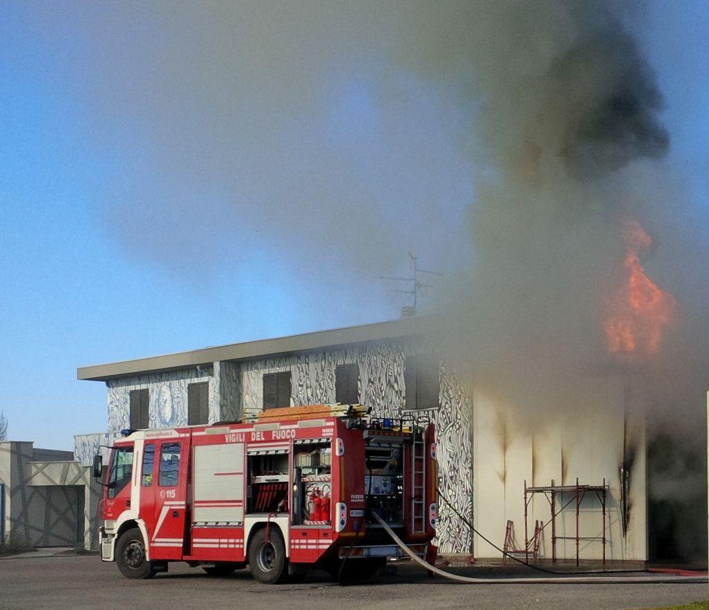 Furioso incendio in un salumificio a Borgonovo, fiamme alte nel cielo