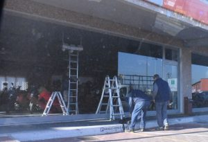 Boato in via Primo Maggio: infranta la vetrina di una concessionaria. Rubate due moto