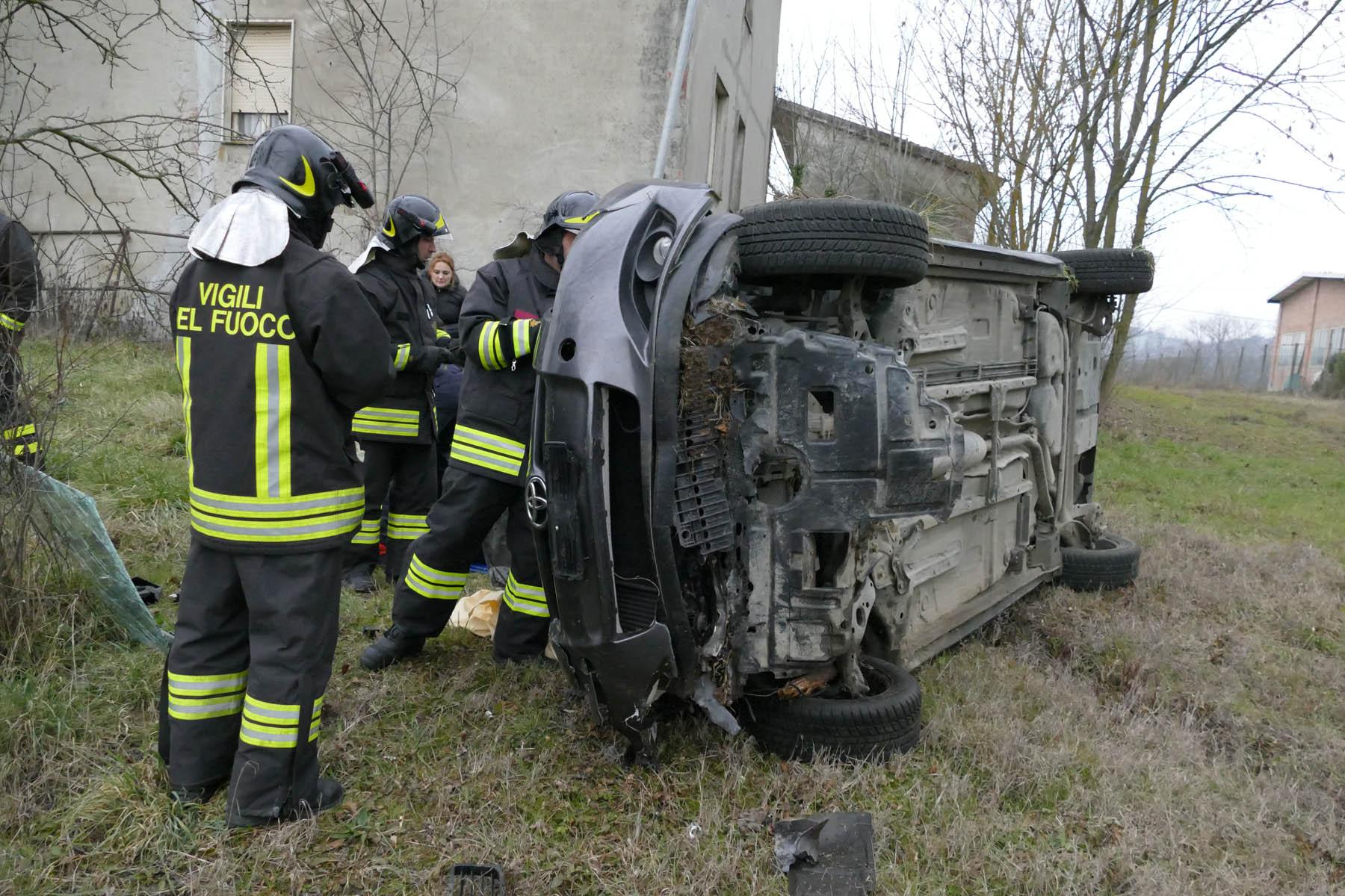 Paura a Ziano: auto esce di strada e si ribalta, una donna all'ospedale