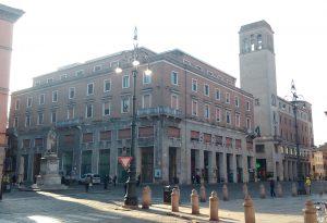 Piazza Cavalli: via le vetrine del degrado. Sede Inps completamente rinnovata