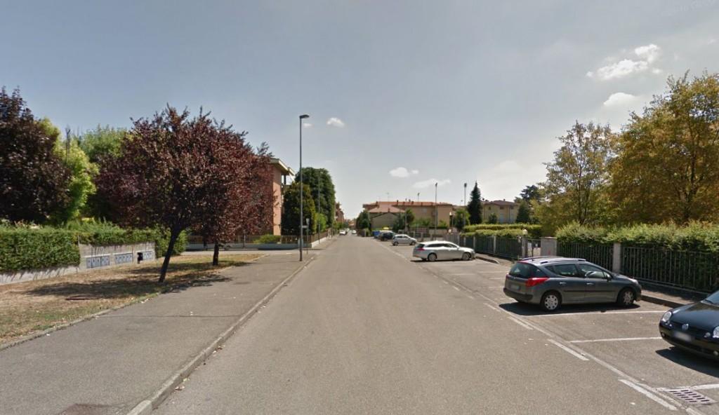 Furto in casa in via Zoni, spariti 900 euro e un aspirapolvere. Porta bloccata con un divano
